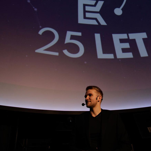Picture of the K-net 25 let party: Jan Knettig in front of the screen