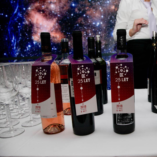 Picture of the K-net 25 let party: the bottles of wine with their tag